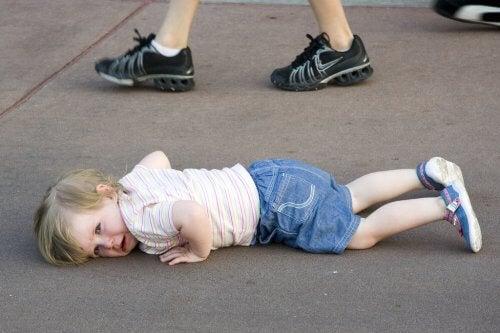 Bambino che fa i capricci per strada cerca di attirare l'attenzione
