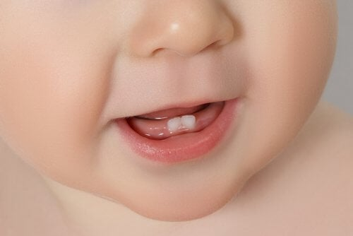 Uno dei modi per alleviare il dolore provocato dalla dentizione è offrire al bambino gei piccoli gelati di latte