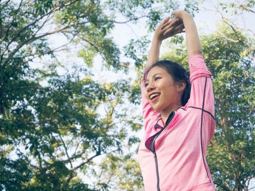 donna che fa ginnastica nel parco