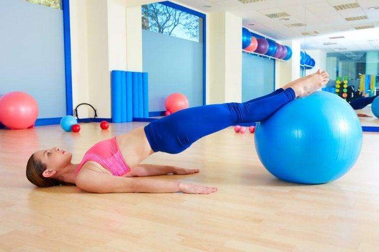 Il pilates è una delle attività più consigliate per fare sport dopo il parto.