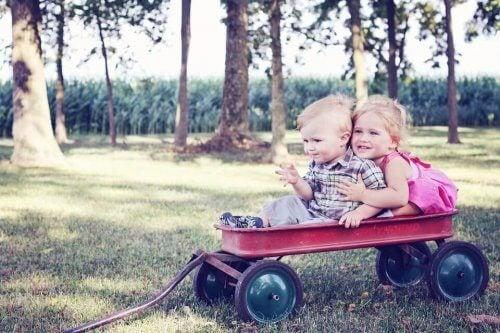 Avere cugini coetanei consente ai bambini di avere dei compagni di giochi durante le interminabili riunioni di famiglia