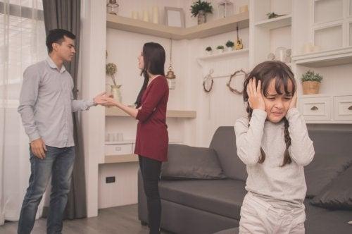 Genitori che litigano con bambina che ascolta