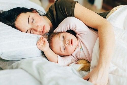 Uno dei motivi per far dormire il bambino nel suo letto è che la coppia ritrova la sua intimità