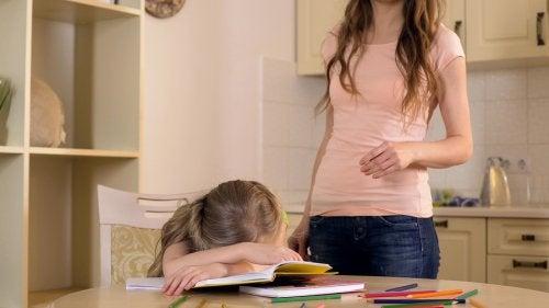 mamma che fa i compiti con la figlia