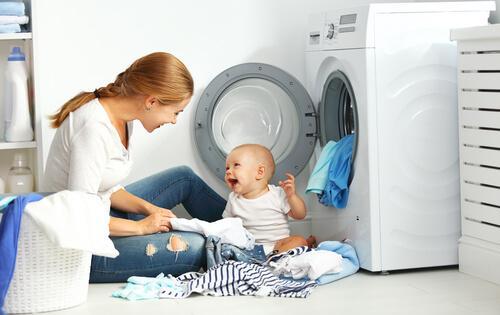 mamma che fa la lavatrice con figlio