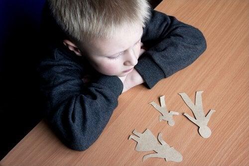 Il bambino reagisce alla separazione dei genitori in maniera diversa. Spesso si possono verificare regressioni nello sviluppo.