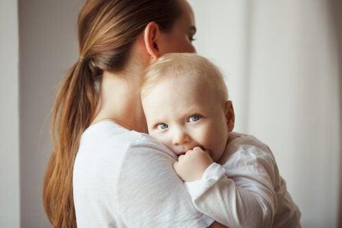 Neonato in braccio alla mamma