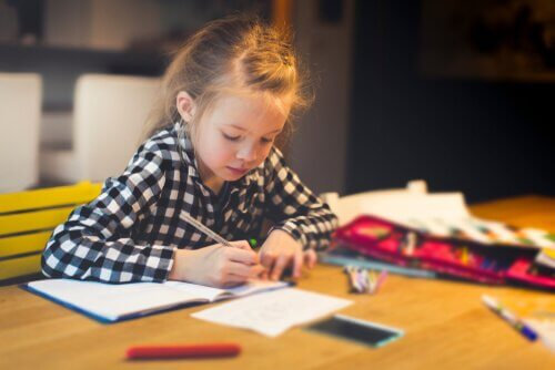 Bambina fa i compiti