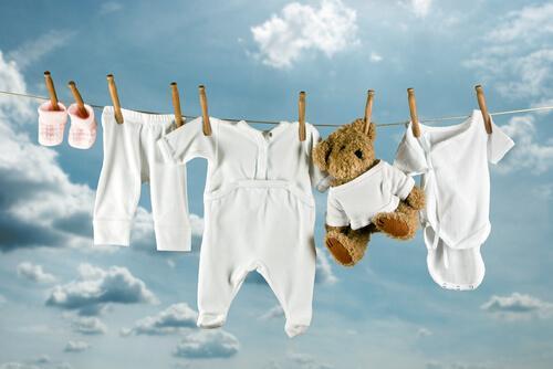 vestiti neonati appesi in cielo