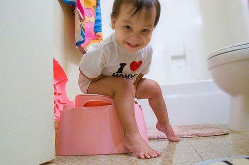 Bambino che va in bagno solo