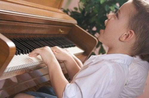 Bambino che suona il piano