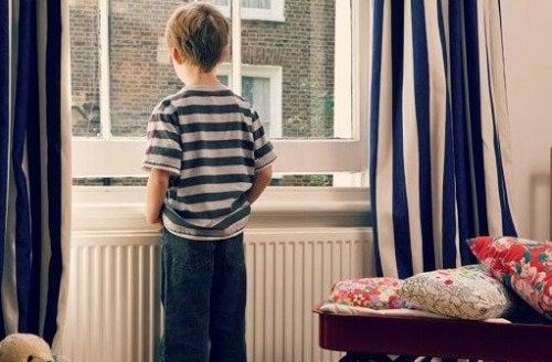 Lasciare i figli soli in casa: sì o no?