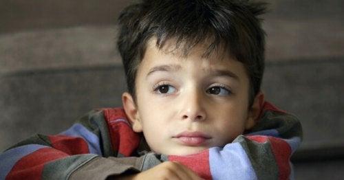 Per mettere fine all'abbandono emotivo nei bambini, bisogna prestare loro molta attenzione