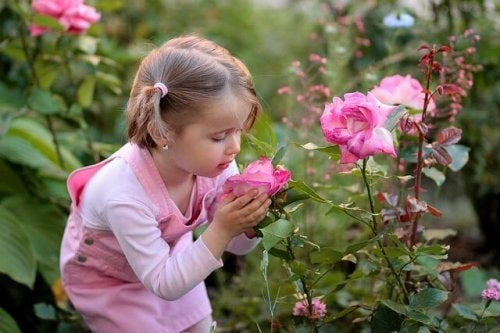 Bambina con fiore in mano