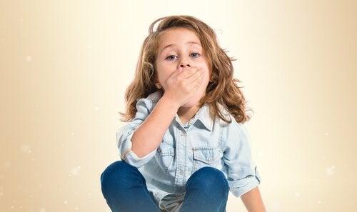 Bambina che si copre la bocca