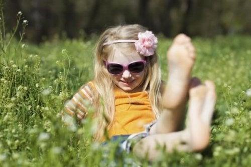 bambina gioca in mezzo al prato