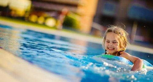 bambina in piscina con ciambella