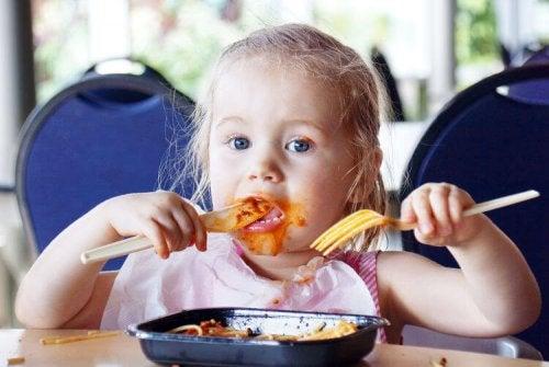 Una delle strategie per intrattenere un bambino al ristorante è farlo sgambettare tra una portata e l'altra e fargli scoprire il posto