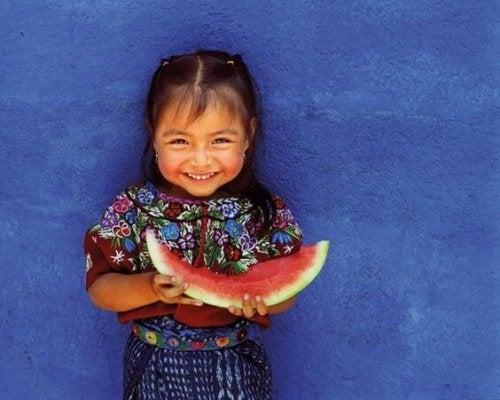 Bambina che mangia anguria