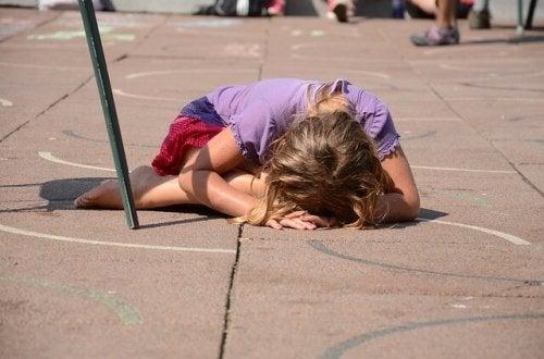 Bambina piange disperata