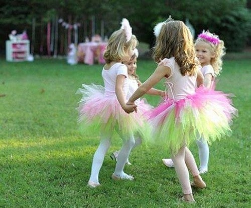 Bambine mentre giocano