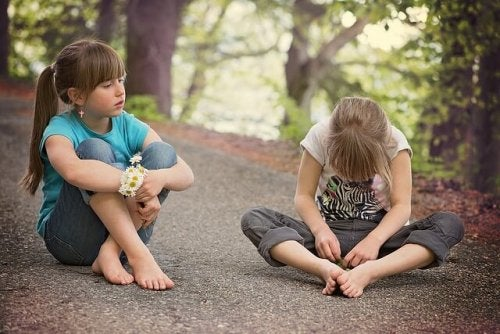 bambine sedute per terra