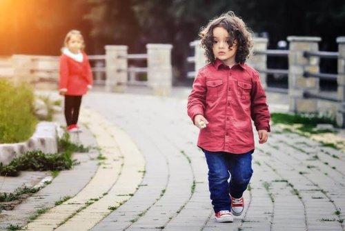 Bambini che si perdono per strada