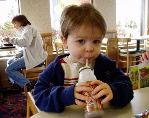 Bambino che beve succo