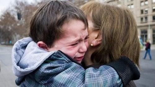 bambino che piange con la madre