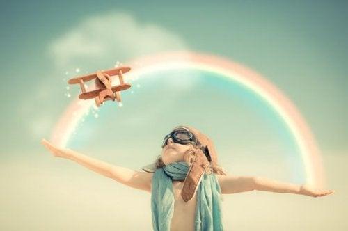 bambino con occhiali da aviatore e arcobaleno