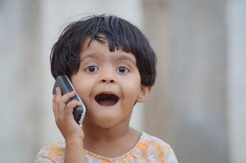 bambino che parla al cellulare