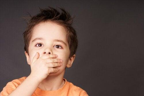 Bambino con dolore in bocca