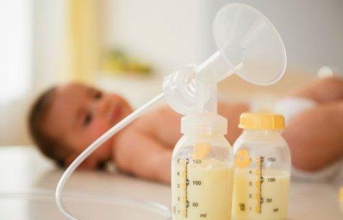 bebè con latte