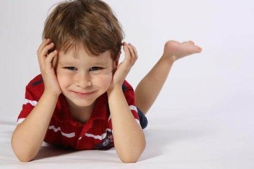 Per riuscire a educare un bambino iperattivo bisogna sapere che non è in grado di concentrarsi a lungo su un'attività.