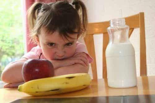 Bambini che fanno i capricci con il cibo, che cosa fare?