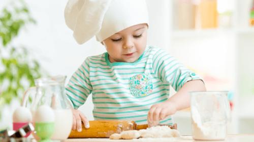 Bambino in cucina