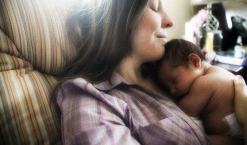mamma con neonato in braccio