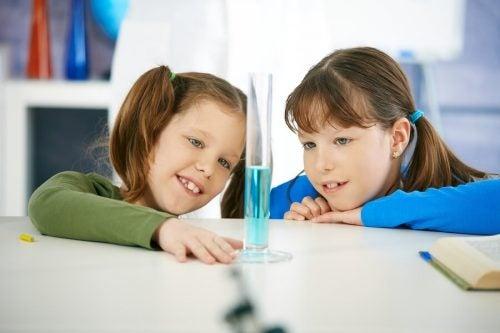 Due bambine fanno esperimenti con l'acqua