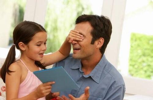 figlia che gioca con il padre