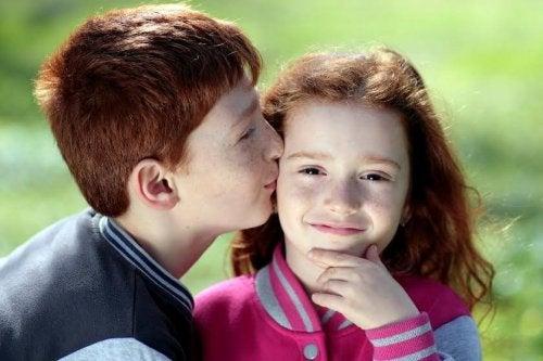 Fratello e sorella si trattano con affetto
