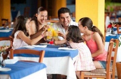 Genitori spendono tempo con i figli