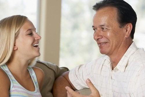 Padre e figlia sorridono