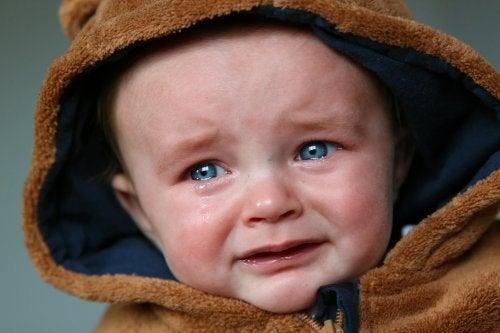 L'abbandono emotivo nei bambini è considerato una forma di maltrattamento infantile