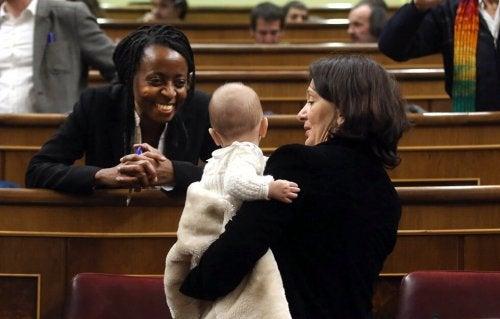 La legge tutela il neonato in modo che possa ricevere il latte materno per tutto il tempo necessario