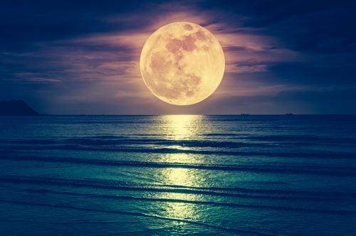 La luna influisce sul parto? Mito o verità?