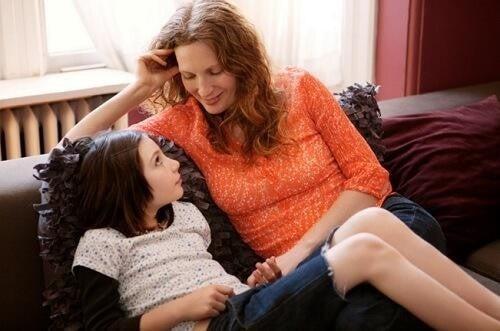 Madre dimostra amore verso la figlia