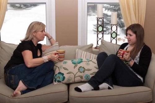 Mamma che parla con figlia adolescente