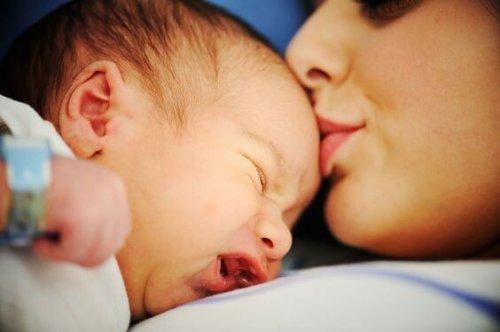 Mamma che bacia figlio in testa