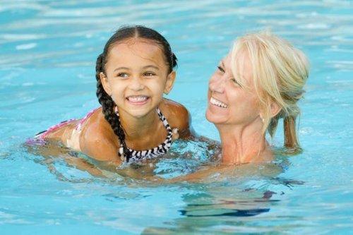 mamma e figlia in piscina