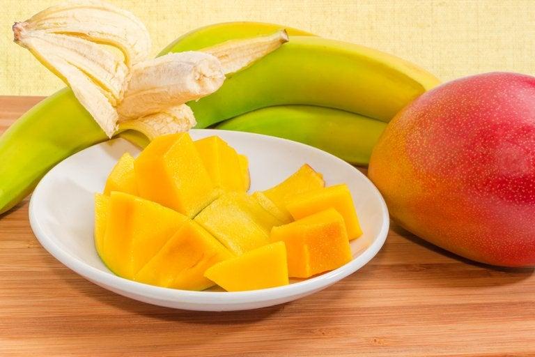 La banana e il mango sono i protagonisti di una delle ricette di omogeneizzati per bambini dai 6 ai 9 mesi.